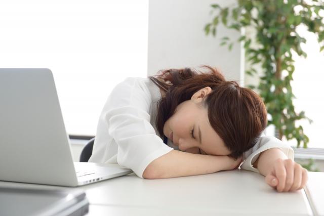 女性の昼寝